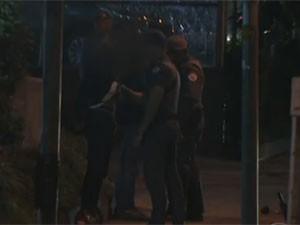 Agredido estava com as mãos para trás (Foto: Reprodução /TV Globo)