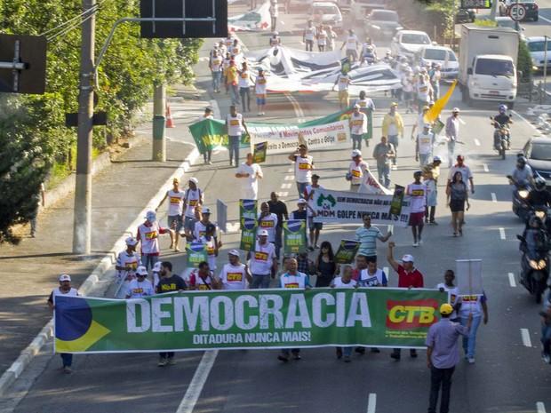 Manifestantes protestam contra o impeachment da presidente Dilma Rousseff ocupando via perto da Ponte das Bandeiras, na cidade de São Paulo (Foto: Marcelo Gonçalves/Sigmapress/Estadão Conteúdo)