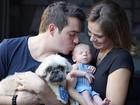 Thaís Pacholek e Belutti posam com o filho recém-nascido, Luis Miguel