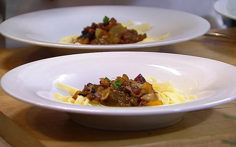 Civet de coelho com damasco e talharim de palmito