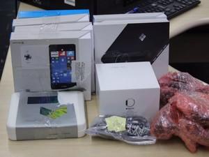 Entre os produtos contrabandeados estão smartphones e relógios (Foto: Divulgação/Polícia Federal)
