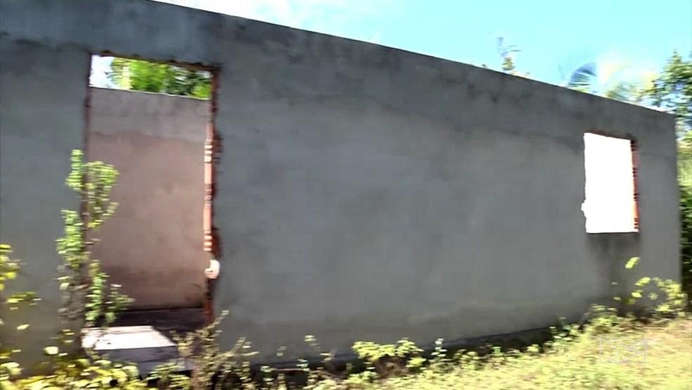 Mato toma conta das construções abandonadas em Codó (MA). (Foto: Reprodução/TV Mirante)