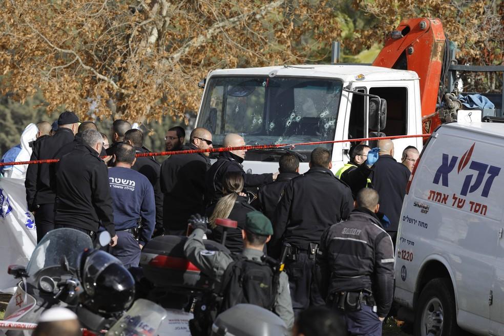Marcas de tiros são vistas no para-brisa do caminhão que atropelou soldados israelenses em Jerusalém (Foto: Menahem Kahana/AFP)