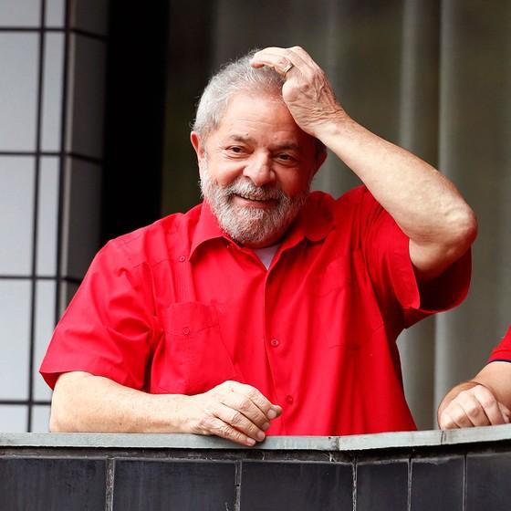 O ex-presidente Lula recebeu apoio de militantes em seu apartamento em São Bernardo do Campo (SP) nas manifestações de 13 de março (Foto: Edilson Dantas / Ag. O Globo)