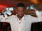 Nego do Borel comemora 22 anos distribuindo R$ 5 mil em festa