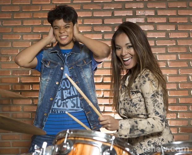 Naka se arrisca na bateria, e Juan provoca a mãe (Foto: Felipe Monteiro / TV Globo)
