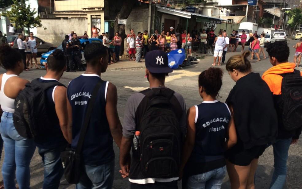 Amigos de escola de Guilherme lamentam morte do garoto (Foto: Fernanda Rouvenat / G1)