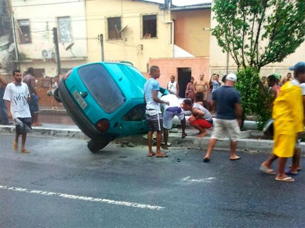 Carro derruba poste na Avenida Suburbana, em Salvador (Foto: Ailton Apolinário Araújo/Arquivo pessoal)