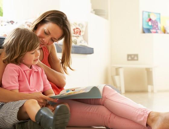 Mãe e filho lendo livros, estímulo à leitura, criança lendo, ler (Foto: Thinkstock/Getty Images)