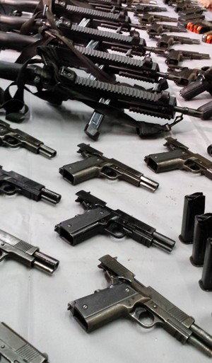 Seis subemetralhadoras e 33 pistolas foram apreendidas (Foto: Raquel Freitas/G1)
