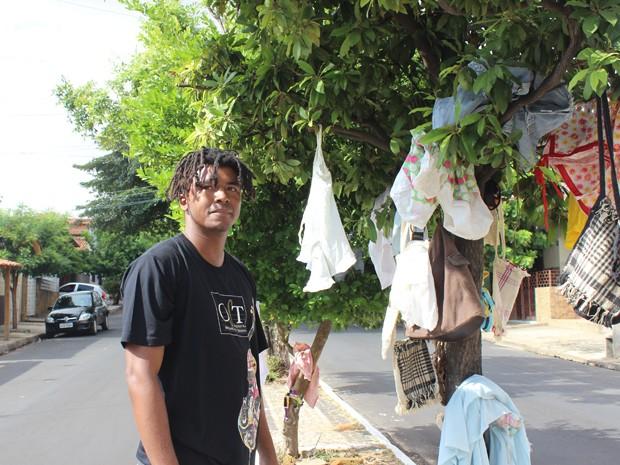 Músico colocou roupas para doação em árvores (Foto: Catarina Costa/G1)