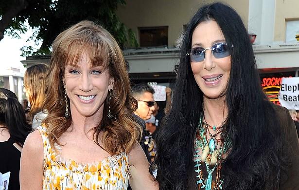 A comediante Kathy Griffin, de 53 anos, e a deusa do pop, Cher, de 68, são amigas a ponto de fazerem festinha do pijama até hoje, na mansão da cantora. (Foto: Getty Images)
