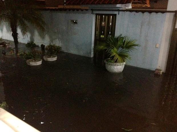 Chuva alagou casas no Parque Dez, Zona Centro-Sul de Manaus (Foto: Tany Monteiro/VC no G1)
