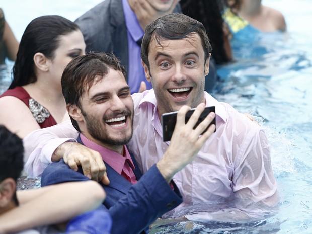 Hugo Bonemer e Kayky Brito fazem selfie na água (Foto: Rapahel Dias/Gshow)