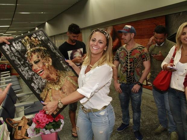 Viviane Araújo exibe presente de fãs no aeroporto Tom Jobim, na Zona Norte do Rio (Foto: Isac Luz/ EGO)