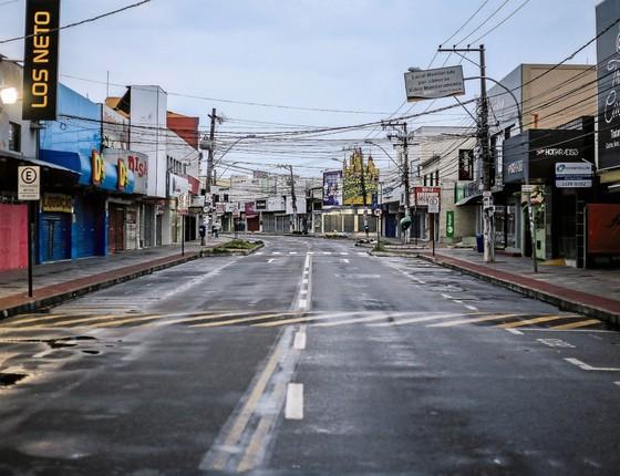 Lojas fechadas em uma rua vazia no centro  de Serra.Mais de 300 saques foram registrados  no estado (Foto: Marlon Max/TRÊS16/ÉPOCA)