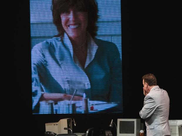 Tom Hanks durante a noite de estreia de sua primeira peça na Broadway, 'Lucky guy', último espetáculo escrita por Nora Ephron; morta em 2012, a imagem foi projetada em cena (Foto: Lucas Jackson/Reuters)