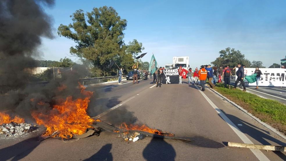 Trabalhadores da Repar interditaram a BR-476, em Araucária (Foto: Divulgação/Sindicato dos Metalúrgicos )