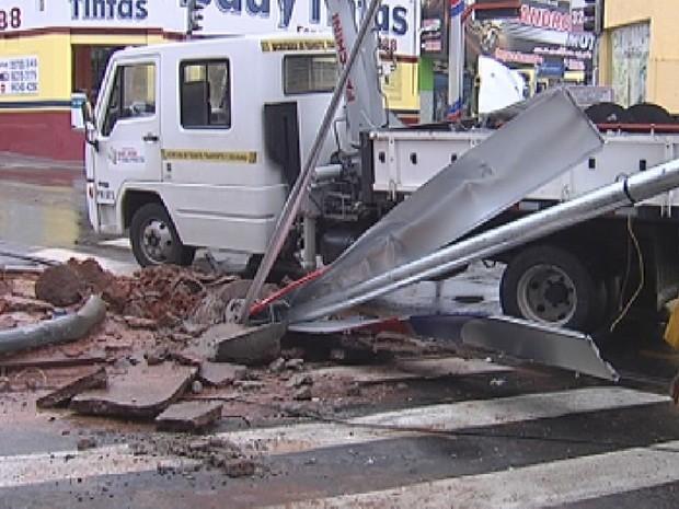 Poste em que ônibus bateu ficou completamente destruído (Foto: Reprodução/TV TEM)