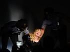 Madonna é presa por policiais em performance em Nova York