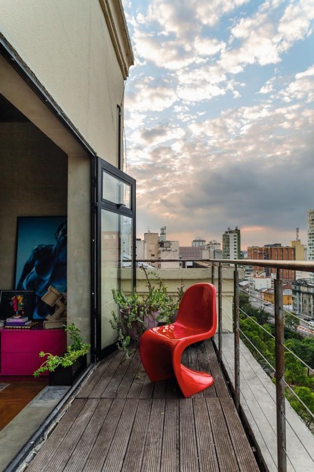 Varanda. No décimo andar, a área com vista para o Minhocão e o centro de São Paulo ganhou vasos com suculentas, deque de madeira ecológica e uma cadeira Panton, da Vitra (Foto: Edu Castello / Editora Globo)