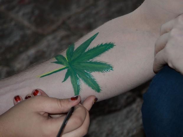 Jovens pintam braço durante concentração da Marcha da Maconha (Foto: Foto: J. Duran Machfee/Estadão Conteúdo)