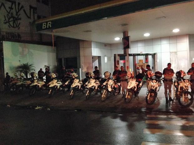 Policiais militares da Rocam cercam posto na Vila Madalena (Foto: G1/G1)