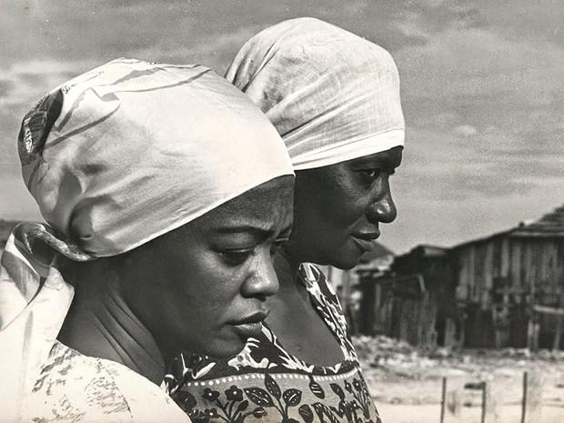 A atriz Ruth de Souza ao lado da escritora Carolina Maria de Jesus, na Favela Canindé, em São Paulo, em 1961 (Foto: Acervo Ruth de Souza/Acervo Pessoal)