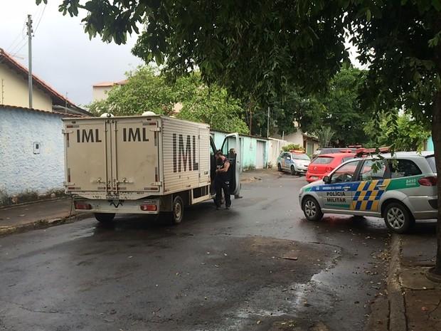 Corpos de pai e filha serão encaminhados ao IML, em GoIânia, Goiás (Foto: Murillo Velasco/G1)