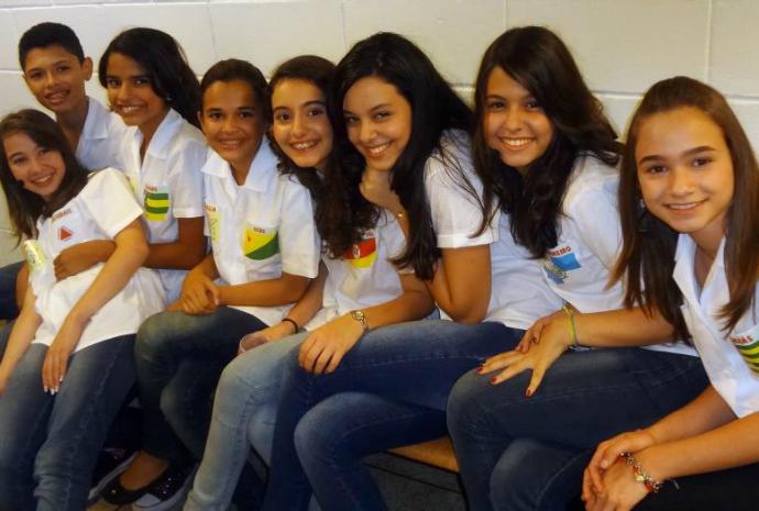 Yasmin e os outros competidores nos bastidores do Soletrando de 2012 (Foto: Arquivo Pessoal)