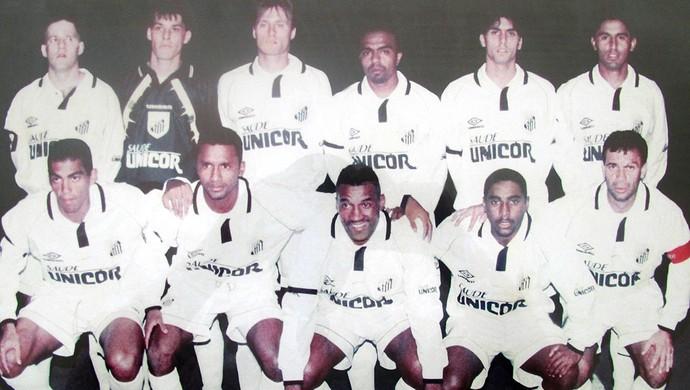 Adiel com o time do Santos de 1998, entre Viola e Jorginho (Foto: Marcelo Prado / GLOBOESPORTE.COM)