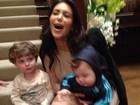Treinando? Grávida, Kim Kardashian posa com crianças