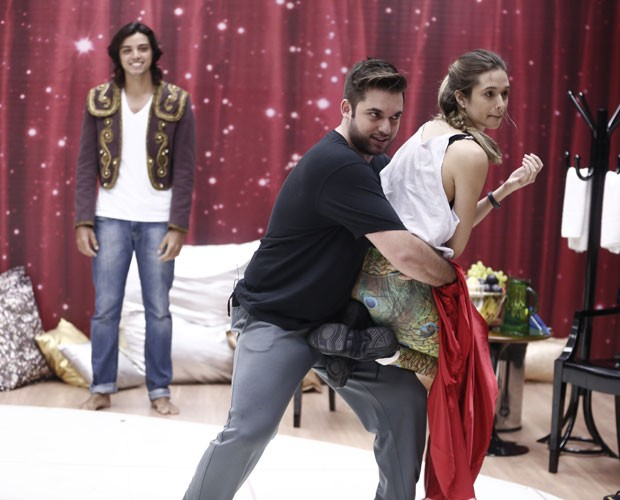 Rodrigo Simas no ensaio de Juliana Paiva (Foto: Inácio Moraes/ TV Globo)