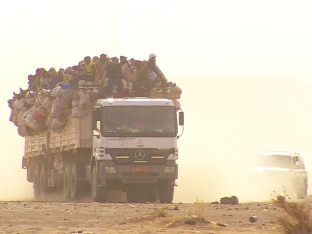 Imigrantes precisam atravessar deserto para chegar aos portos da Líbia  (Foto: Reprodução/BBC)