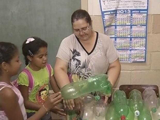 Alunos criaram hábito de levar garrafas pets para campanha (Foto: Reprodução/TV TEM)