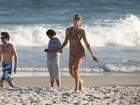 De canga e biquíni,  Grazi se exercita na praia