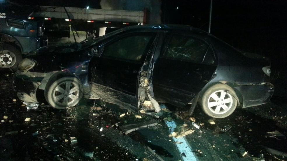 Carros dos criminosos foram queimados após o crime (Foto: G1 Santos)
