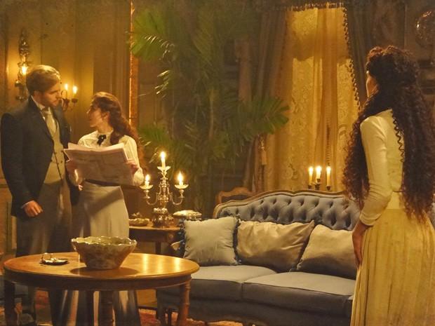 Edgar, Laura e Isabel não esperam visitas e se assustam com a campainha (Foto: Lado a Lado/TV Globo)