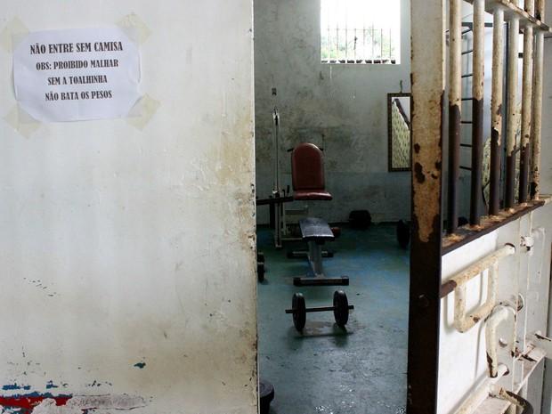 Pavilhão tem academia com máquinas antigas e outras improvisadas (Foto: Jamile Alves/G1 AM)