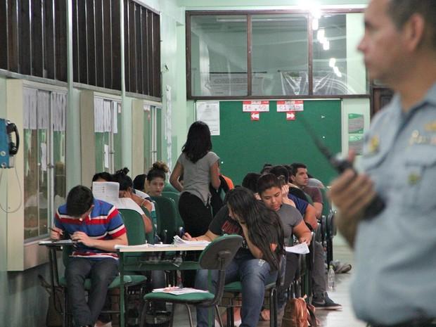 Ao fundo, candidatos fazem prova em corredor da EST-UEA  (Foto: Indiara Bessa/G1 AM)