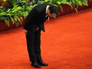 Primeiro-ministro Wen Jiabao se curva após entregar seu relatório finalna abertura do Congresso Nacional do Povo, em Pequim. (Foto:  Wang Zhao / AFP Photo)