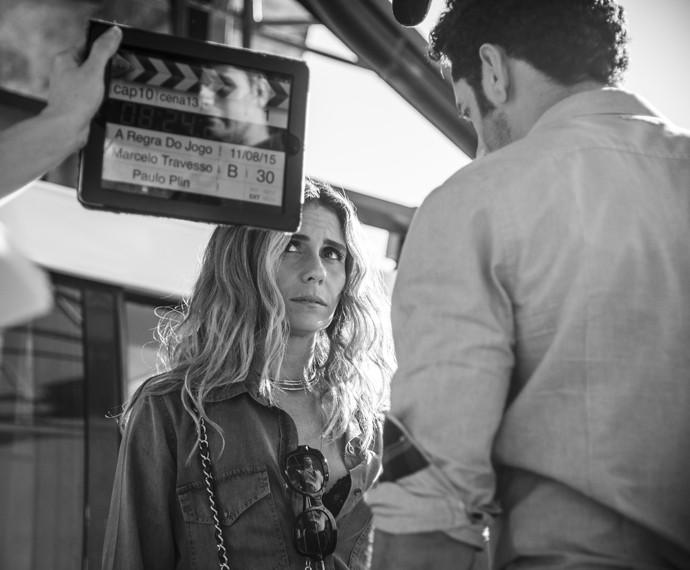 Giovanna Antonelli roda cena com João Baldasserini em que Atena não está em uma situação confortável com o algoz Victor (Foto: Raphael Dias/ Gshow)