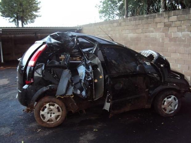 Carro em um dos acidentes ficou completamente destruído (Foto: Divulgação/Polícia Rodoviária Estadual)