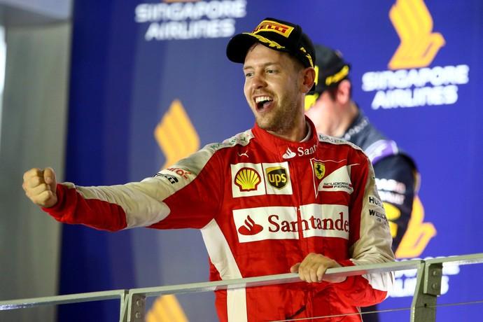 Sebastian Vettel comemora vitória no GP de Cingapura de Fórmula 1 em 2015 (Foto: Getty Images)