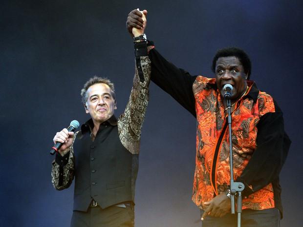 Nasi, do IRA!, e Tony Tornado erguem as mãos durante show no palco Sunset (Foto: Alexandre Durão/G1)