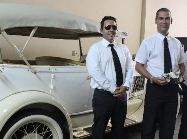 Wallacy Pires, instrutor e motorista, ao lado de Hélio Andrade, proprietário do veículo, em Santos (Foto: Natasha Guerrize/G1)