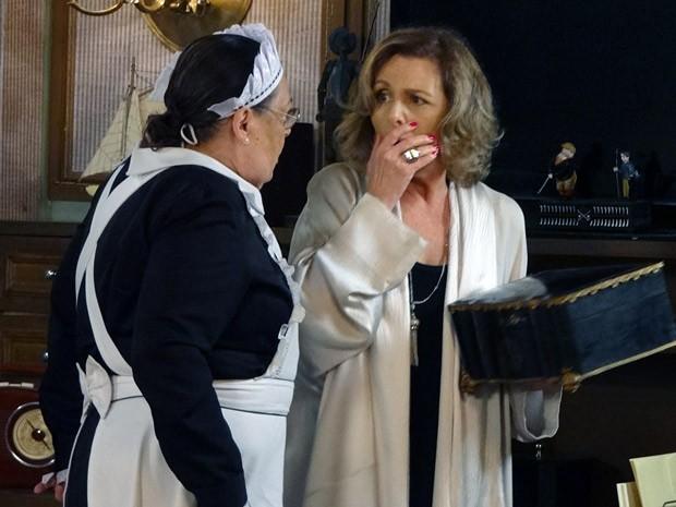 Olíva e Charlô ficam intrigadas com o achado (Foto: Guerra dos Sexos / TV Globo)