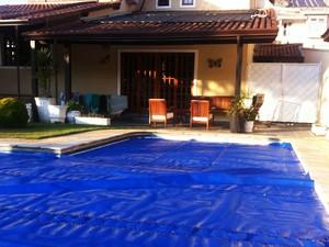 Capa em piscina reduz evaporação e ajuda a economizar água