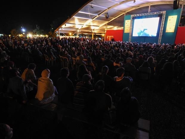 Plateia acompanha pelo telão fora da Tenda dos Autores a mesa de Edu Lobo e Cacá Diegues (Foto: Flavio Moraes/G1)