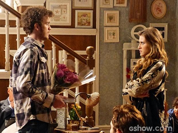 Sidney chega com flores e Sofia fica balançada (Foto: Malhação/ TV Globo)